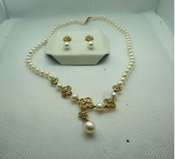 Picture of 14KT YELLOW GOLD PEARL SET WITH DIAMONDS