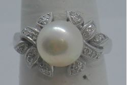 Picture of 18KT WHITE GOLD RING WITH 9MM PEARL AND 0.25 CARAT DIAMONDS (28 ROUND);  5.3 GR; SIZE 7 VERY GOOD CONDITION. PRE OWNED.  852076-2.