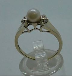Picture of 10 kt yellow gold ring size 6.5 2.3 gr with 5.5 mm pearl and 2 small diamonds (0.01 pts ) . pre owned. very good condition. 850319-1.